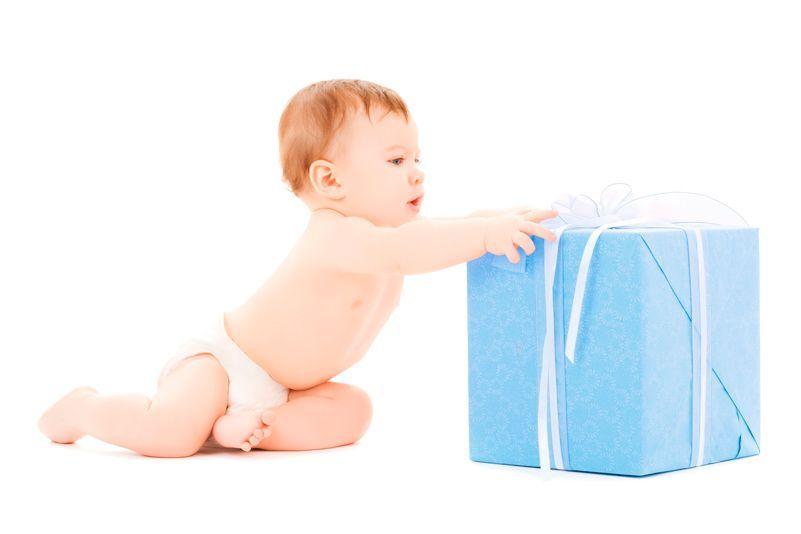 Bebé niño sentado con una caja de regalo