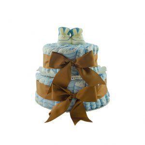 Tarta básica de pañales para bebé recién nacido. Tarta de dos pisos de pañales con lazos marrones y patucos blancos y azules en la parte de arriba de la tarta