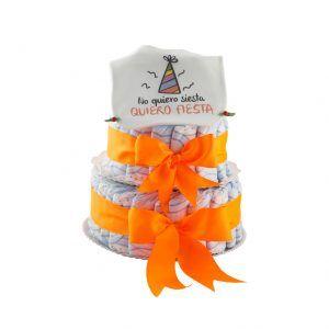 """Tarta de pañales pequeña con lazos en color naranja y babero blanco que pone """"no quiero siesta quiero fiesta"""""""