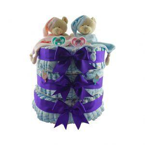 """Tarta de pañales enorme para niño y niña, es decir para regalar a aquellos padres que esperan gemelos o mellizos. Es una tarta de 3 plantas con 40 pañales en cada una de ellas y arriba del todo tiene 2 doudous con forma de oso para bebés, uno en color rosa y otro en azul. Además lleva 2 chupetes con la frase """"no digo ni pío"""", y los chupetes también son de colores diferentes, uno rosa y otro turquesa"""