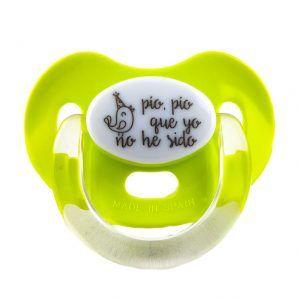 """Chupete verde pistacho para bebés recién nacidos con el mensaje """"pío pío que yo no he sido"""" y con el dibujo de un pájaro de perfil con un gorro de fiesta"""
