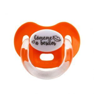 Chupete naranja para bebés con la frase cómeme a besitos