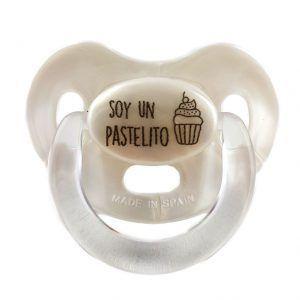 """Chupete perlado para bebé con la frase """"Soy un pastelito"""""""