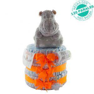 """Tarta de pañales unisex grande para bebé niño o niña. Tiene 3 pisos con 120 pañales, las cintas que sujetan cada uno de los pisos son naranjas. En la cinta de abajo está colgado un chupete de color azul. En la de arriba lleva en un lado un babero con el mensaje """"Bollito recién hecho"""" y en el otro lado, un body con el mensaje """"papás en práctias"""". Encima de la tarta hay un hipopótamo gris de peluche que sujeta una manta para bebés gris con nubes en color blanco."""
