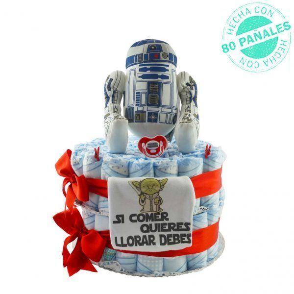 """Tarta de pañales Star Wars para niño. La tarta incluye un peluche grande de R2D2, un chupete de color rojo con el mensaje """"Pequeño padawan"""" y un body de algodón con el dibujo de Yoda y con la frase """"Si comer quieres, llorar debes"""""""