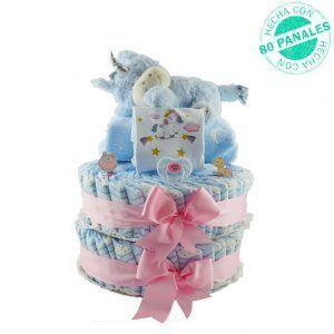 Tarta de pañales grande para niña con un peluche de unicornio azul, una manta azul claro con lunas en blanco, un body de algodón personalizable con el nombre del bebé y que también tiene dibujado un unicornio y un chupete transparente con purpurina y rosa en donde se puede poner el nombre del bebé.