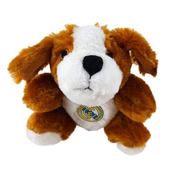 Peluche pequeño con forma de perro en color marrón y blanco con el escudo del Real Madrid grabado en el pecho