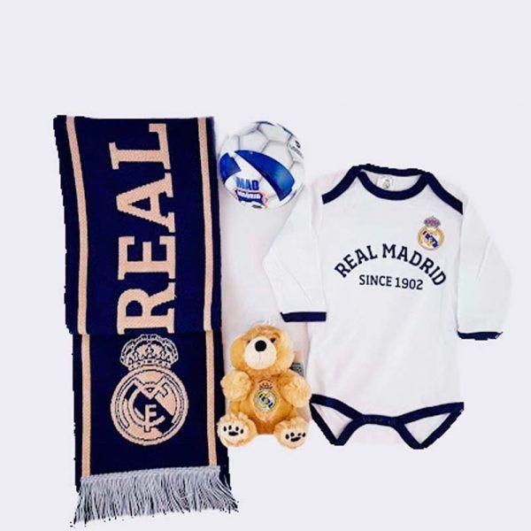 Conjunto de productos oficiales del Real Madrid. Bunfada del Real Madrid, pelota en color azul y blanco del Real Madrid, un oso de peluche pequeño con el escudo del Real Madrid y un body blanco para bebés de 6 meses con el escudo del Real Madrid.