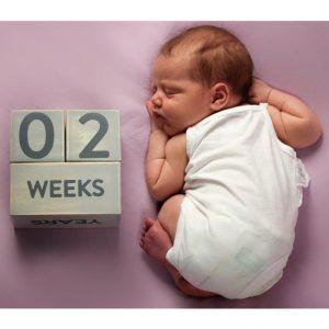 Bebé recién nacido con bloques de madera
