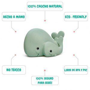 Mordedor ecológico con forma de 2 ballenas para bebés. Está hecho a mano, es de caucho natural y está libre de BPA y PVC. Es 100% apto para bebés.