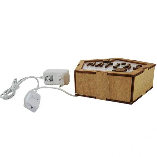 Lateral y enchufe con cable de lámpara de madera