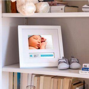 Marco para foto y pulsera de maternidad en estanteria